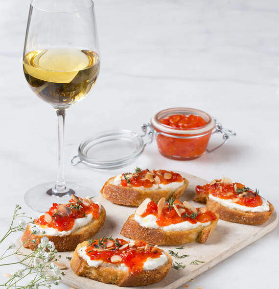 crostini mit ricotta und paprikamarmelade offizielle website der bordeaux. Black Bedroom Furniture Sets. Home Design Ideas