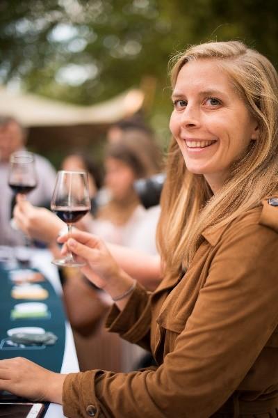 fille vin bordeaux bruxelles