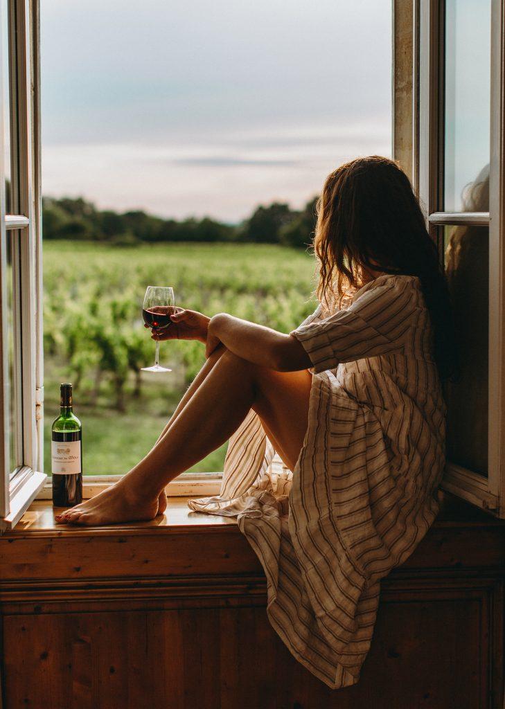 venster meisje wijn