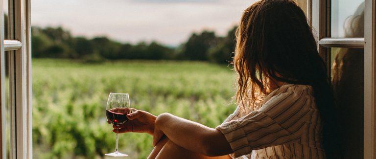 Les 6 moments parfaits pour déguster un verre de vin à la maison