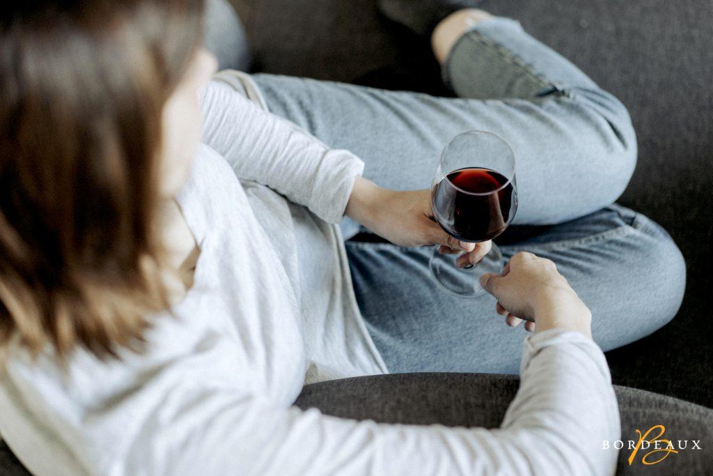fille vin canapé