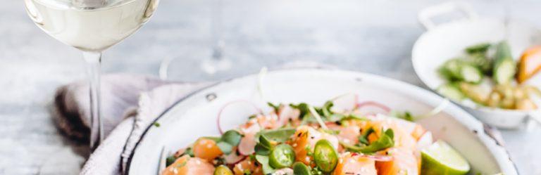 4 salades de printemps légères accompagnées de vin