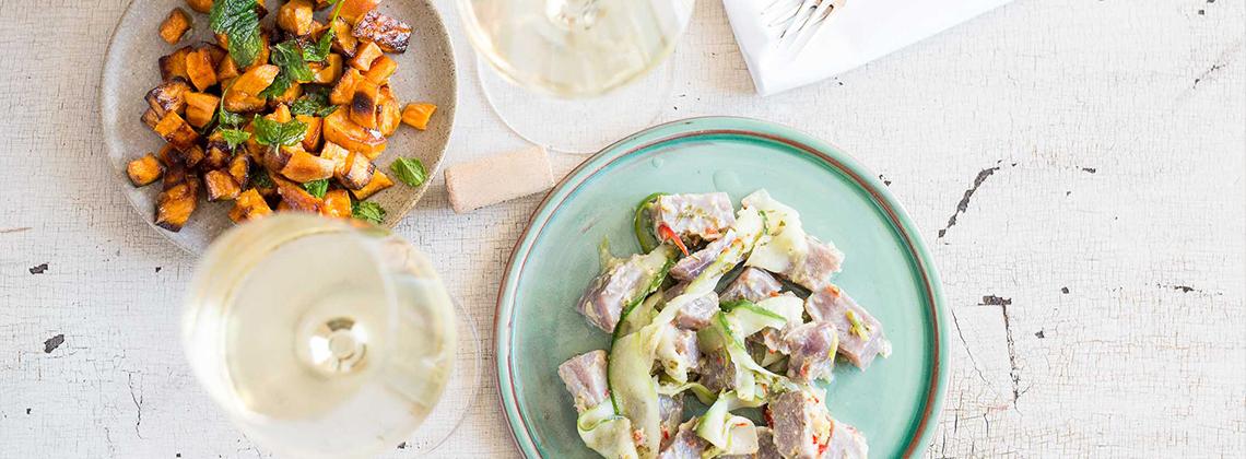 Ceviche vom Thunfisch mit Minze und Gurke, dazu gebackene Süßkartoffeln