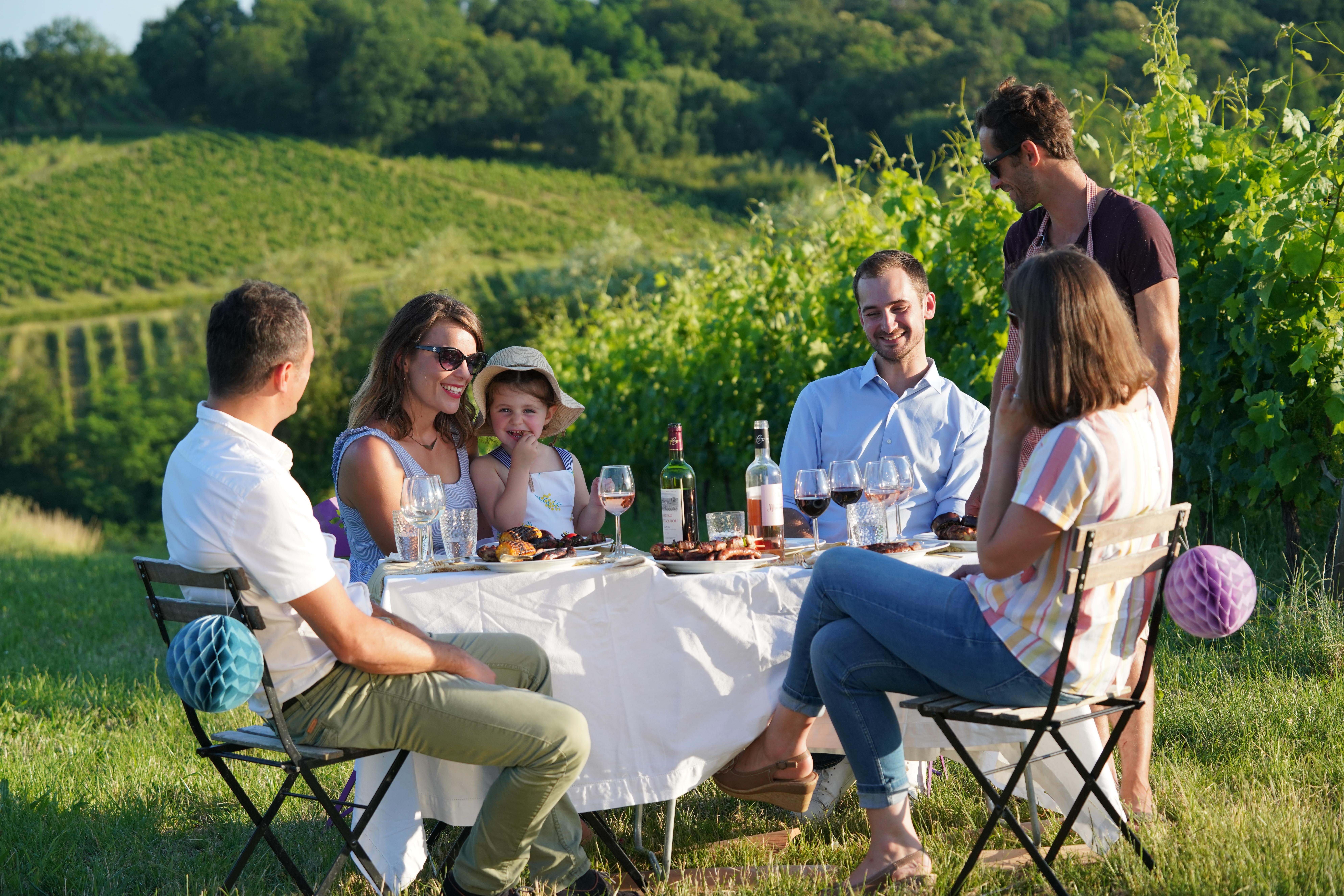 famille rire table vin